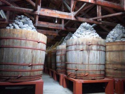 味噌樽と積み石