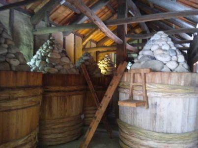まるやの味噌樽と積み石