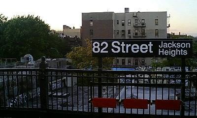 地上を走る地下鉄7番線